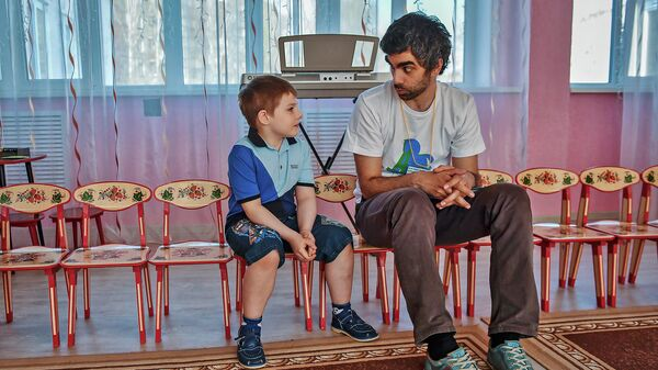 Воспитанник детского дома общается с волонтером