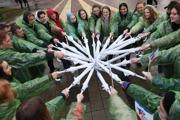 Участники студенческих отрядов принимают участие в патриотической акции в парке имени К. А. Тренёва перед началом праздничного концерта в честь седьмой годовщины Крымской весны в Симферополе