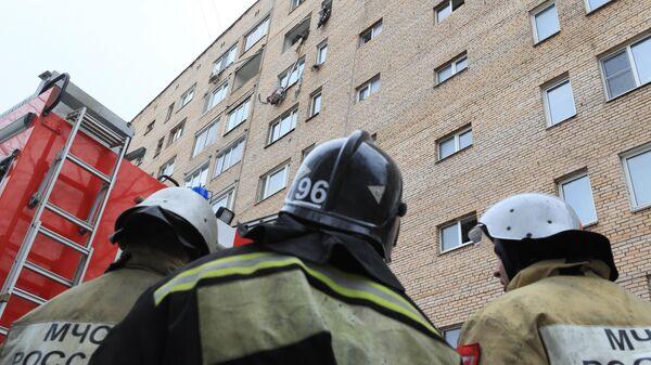 Сотрудники МЧС РФ на месте взрыва в жилом доме на улице Зеленой в Химках