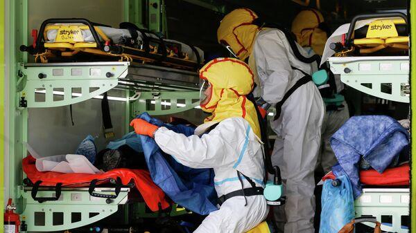 Служба неотложной медицинской помощи Праги перевозит пациентов с коронавирусом из переполненной больницы