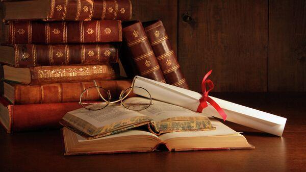 Старые книги и очки на письменном столе