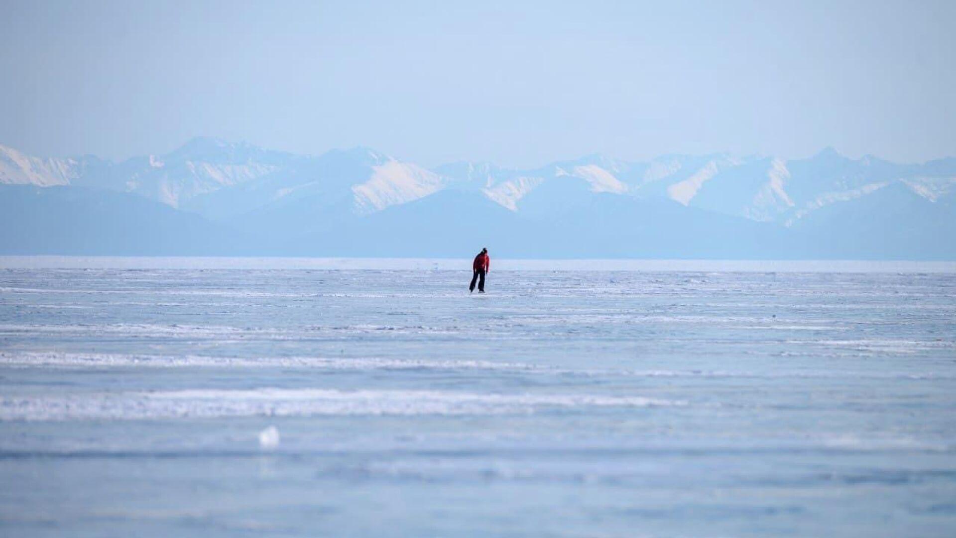 На Байкале два грузовика провалились под лед