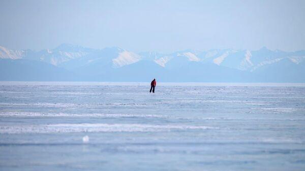 Мужчина на озере Байкал
