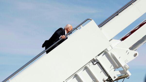 Президент США Джо Байден перед вылетом в Джорджию