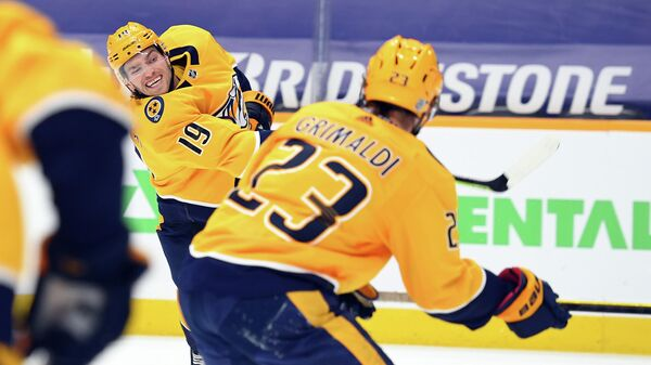 Шведский нападающий Нэшвилл Предаторз Калле Ярнкрок (слева)