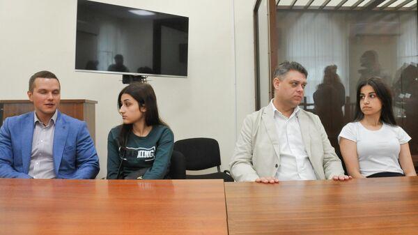 Сестры Хачатурян Ангелина и Крестина, обвиняемые в убийстве своего отца, в Басманном суде города Москвы