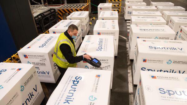 Груз с российской вакциной Sputnik V от коронавирусной инфекции covid-19, доставленный на склад в грузовой терминал Москва Карго в аэропорту Шереметьево