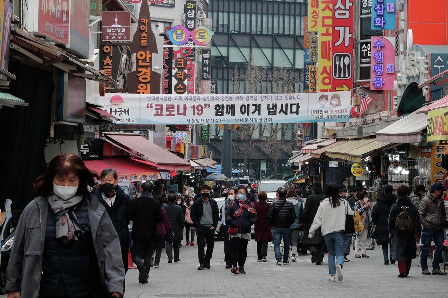 Прохожие на одной из улиц Сеула, Южная Корея