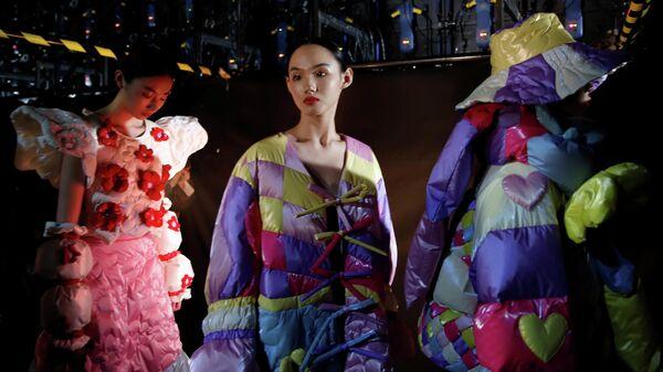 Модели перед показом на Китайской неделе моды в Пекине
