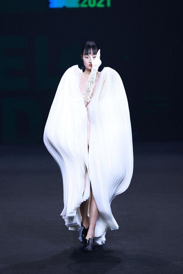 Модель на 29-м Международном конкурсе молодых модельеров в рамках Недели моды в Пекине