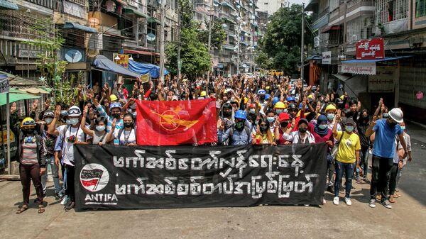 Демонстрация против военного переворота в городе Янгон, Мьянма