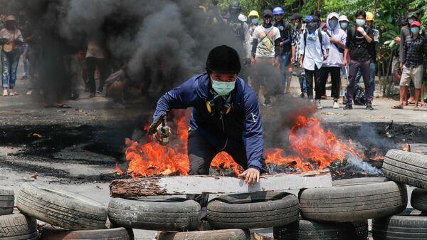 Мужчина на баррикадах в городе Янгон во время акции протеста против военного переворота в Мьянме