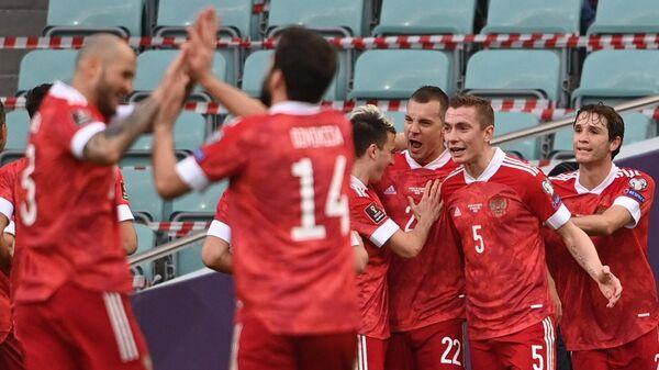 Игроки сборной России радуются забитому мячу в матче отборочного турнира чемпионата мира по футболу 2022