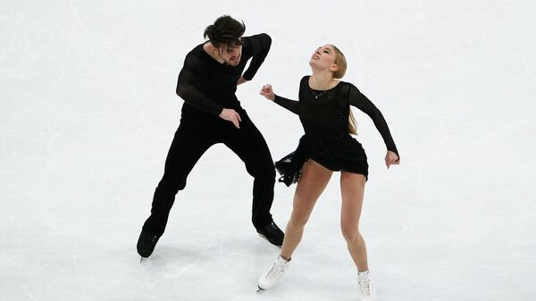 Александра Степанова и Иван Букин (Россия) выступают с произвольной программой на соревнованиях танцевальных дуэтов на чемпионате мира по фигурному катанию в Стокгольме.