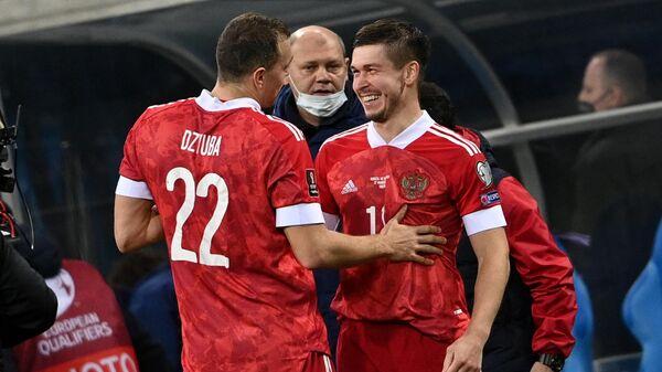 Слева направо: игроки сборной России Артем Дзюба и Рифат Жемалетдинов радуются победеу в матче отборочного турнира чемпионата мира по футболу 2022 между сборными командами России и Словении.