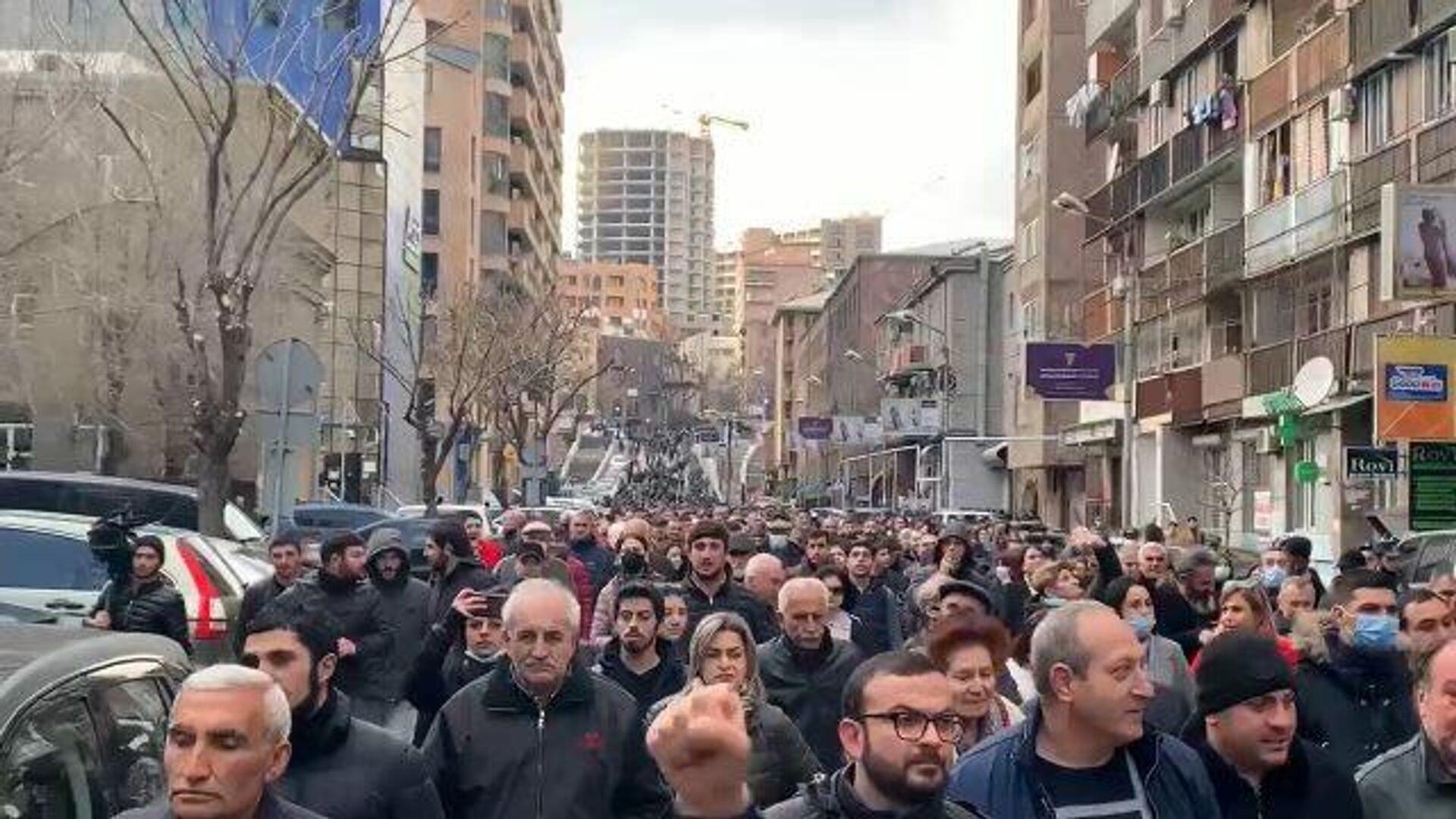 Объединенная оппозиция разблокировала улицу у парламента Армении
