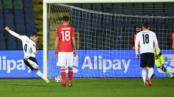Нападающий сборной Италии Андреа Белотти (слева)