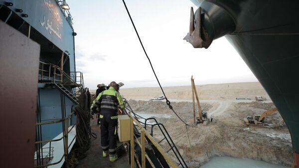 Работы у контейнеровоза Ever Given, севшего на мель на 151-м километре Суэцкого канала