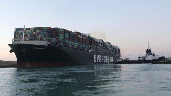 Контейнеровоз Ever Given, севший на мель на 151-м километре Суэцкого канала, сняли с мели