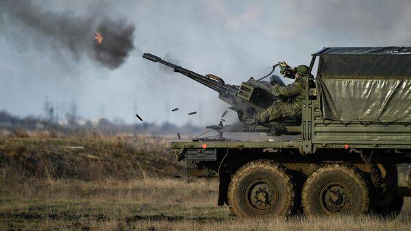 Тактические учения военнослужащих гвардейского зенитного ракетного полка Новороссийского гвардейского десантно-штурмового горного соединения на полигоне Опук в Республике Крым