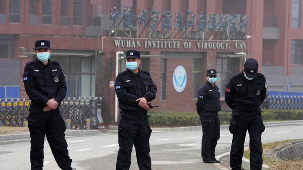 Сотрудники службы безопасности у здания Уханьского института вирусологии во время визита группы ВОЗ