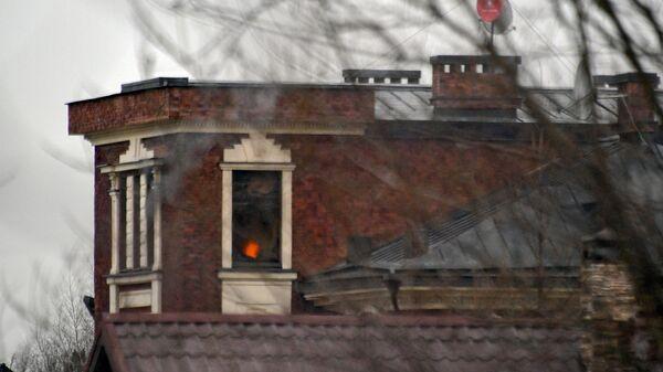 Окна дома забаррикадировавшегося в Мытищах пенсионера, открывшего огонь по сотрудникам правоохранительных органов