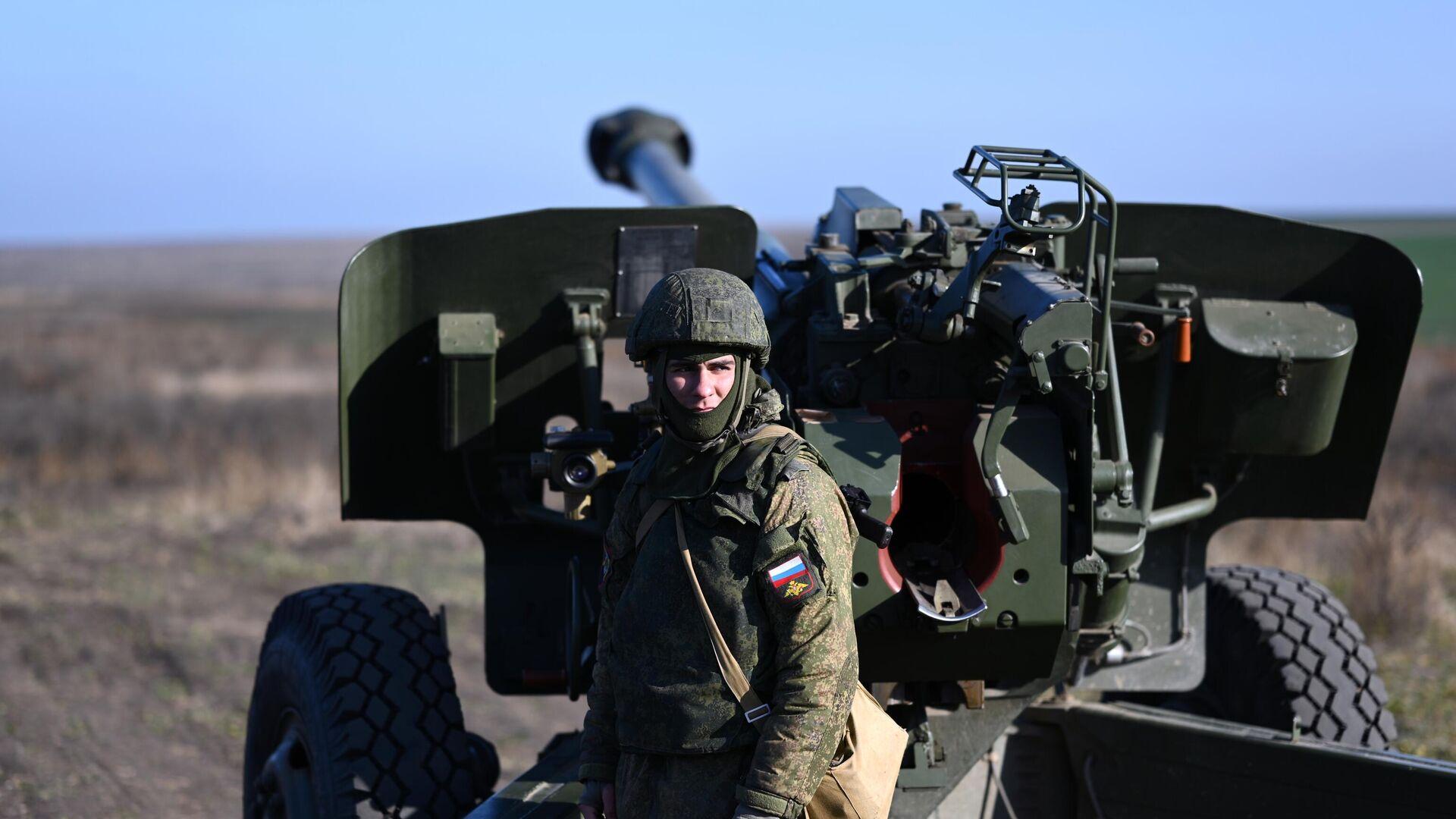 Военнослужащий подготавливает гаубицу к боевым стрельбам - РИА Новости, 1920, 31.03.2021