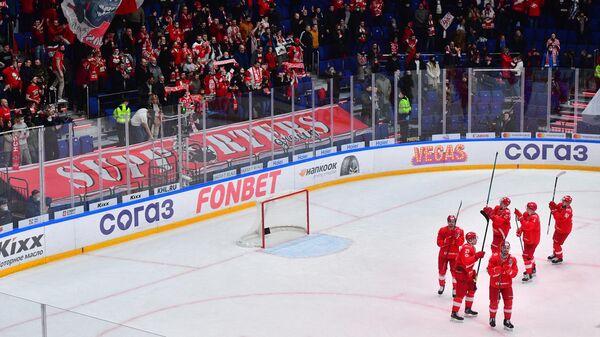 Хоккеисты Спартака приветствуют болельщиков