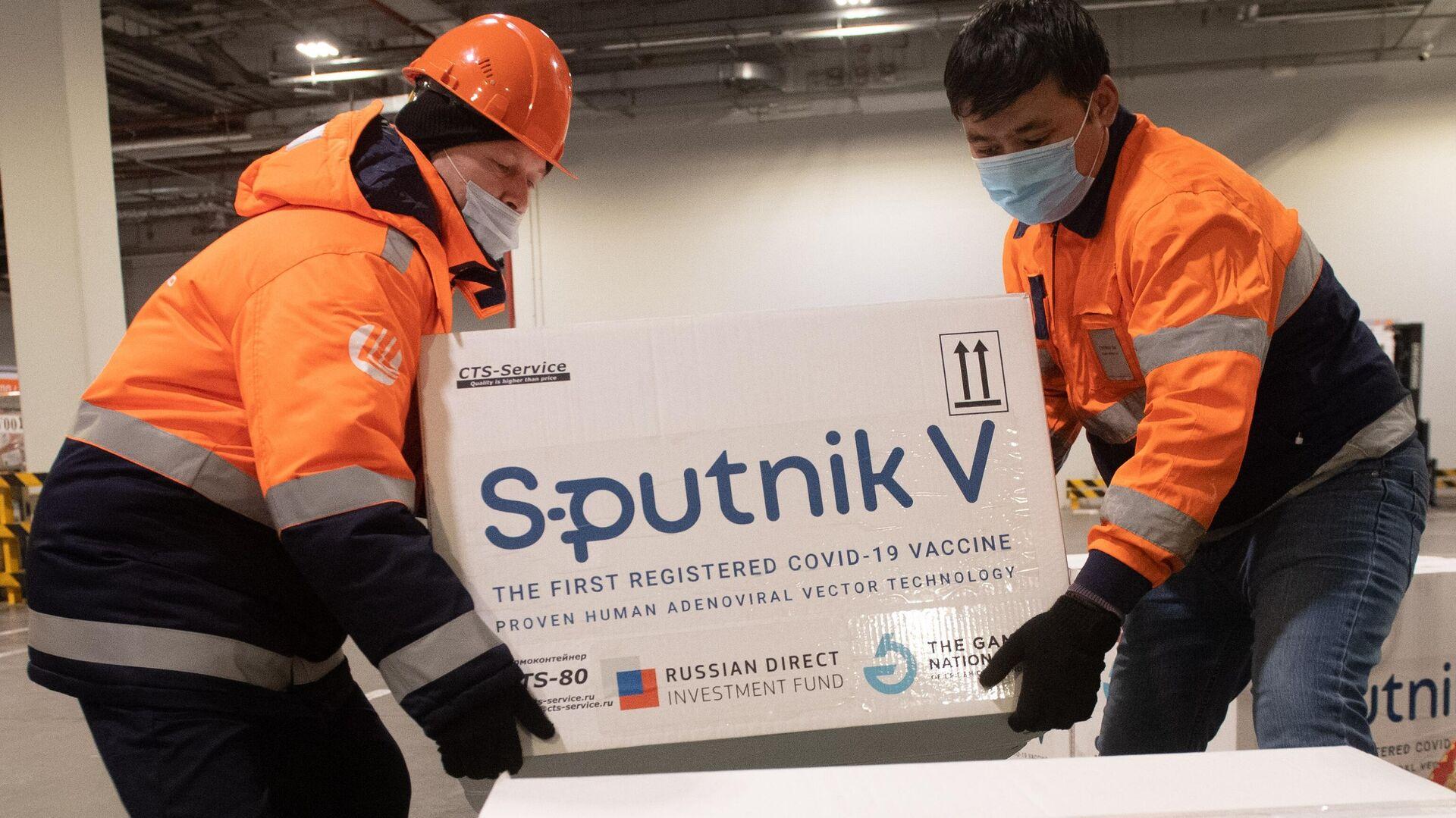 Доставка вакцины Sputnik V на склад в грузовой терминал Москва Карго - РИА Новости, 1920, 30.04.2021