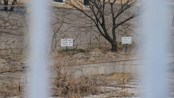 Парковка автомобилей международных гуманитарных агентств в КНДР