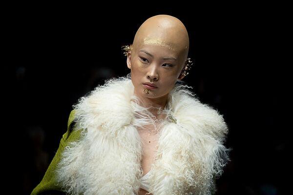 Модель в наряде марки Ding Jie на Китайской неделе моды в Пекине
