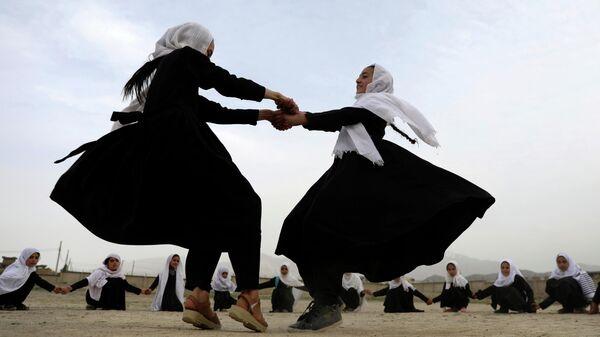 Девочки играют в начальной школе в Кабуле, Афганистан