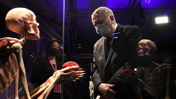 Лидер ЛДПР Владимир Жириновский во время посещения выставки Мир Тела