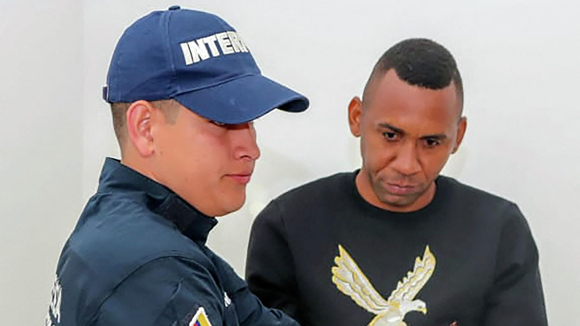 Handout picture released by the Colombian Police showing Colombia's former national football team player Jhon Viafara handcuffed before his extradition to the United States, in Bogota, on January 23, 2020. - Colombian former national football team player Jhon Viafara was extradited to the United States on January 23, 2020, where he is required after being accused of drug trafficking. Viafara has charges for manufacture and distribution of cocaine to the United States. (Photo by HO / Colombian Police / AFP) / RESTRICTED TO EDITORIAL USE - MANDATORY CREDIT AFP PHOTO / COLOMBIAN POLICE - NO MARKETING NO ADVERTISING CAMPAIGNS - DISTRIBUTED AS A SERVICE TO CLIENTS - РИА Новости, 1920, 02.04.2021