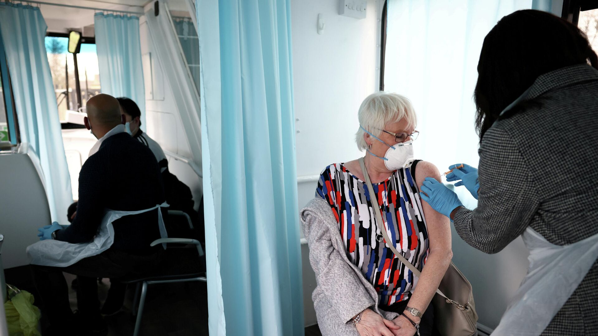 Женщина получает дозу вакцины AstraZeneca COVID-19 в Лондоне, Великобритания - РИА Новости, 1920, 22.04.2021