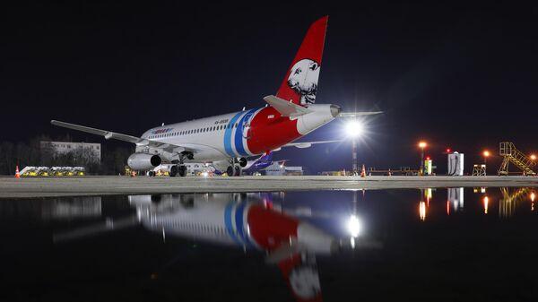 Самолет Sukhoi SuperJet авиакомпании Ямал в Международном аэропорту Краснодар имени Екатерины II.