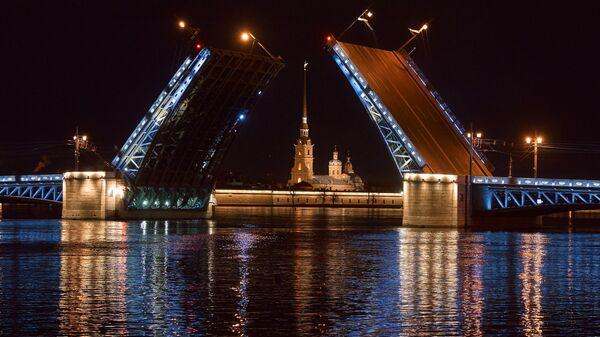 Пробная разводка Дворцового моста перед открытием летней навигации по реке Неве в Санкт-Петербурге