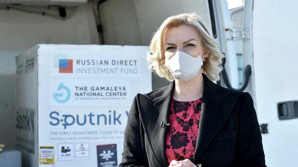 Министр здравоохранения Черногории Елена Боровинич-Бойович возле контейнеров c российской вакциной Sputnik V