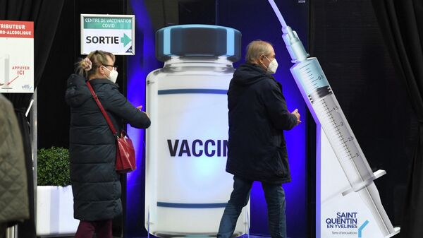 Жители Франции в помещении национального велодрома недалеко от Парижа, используемого в качестве центра вакцинации против Covid-19