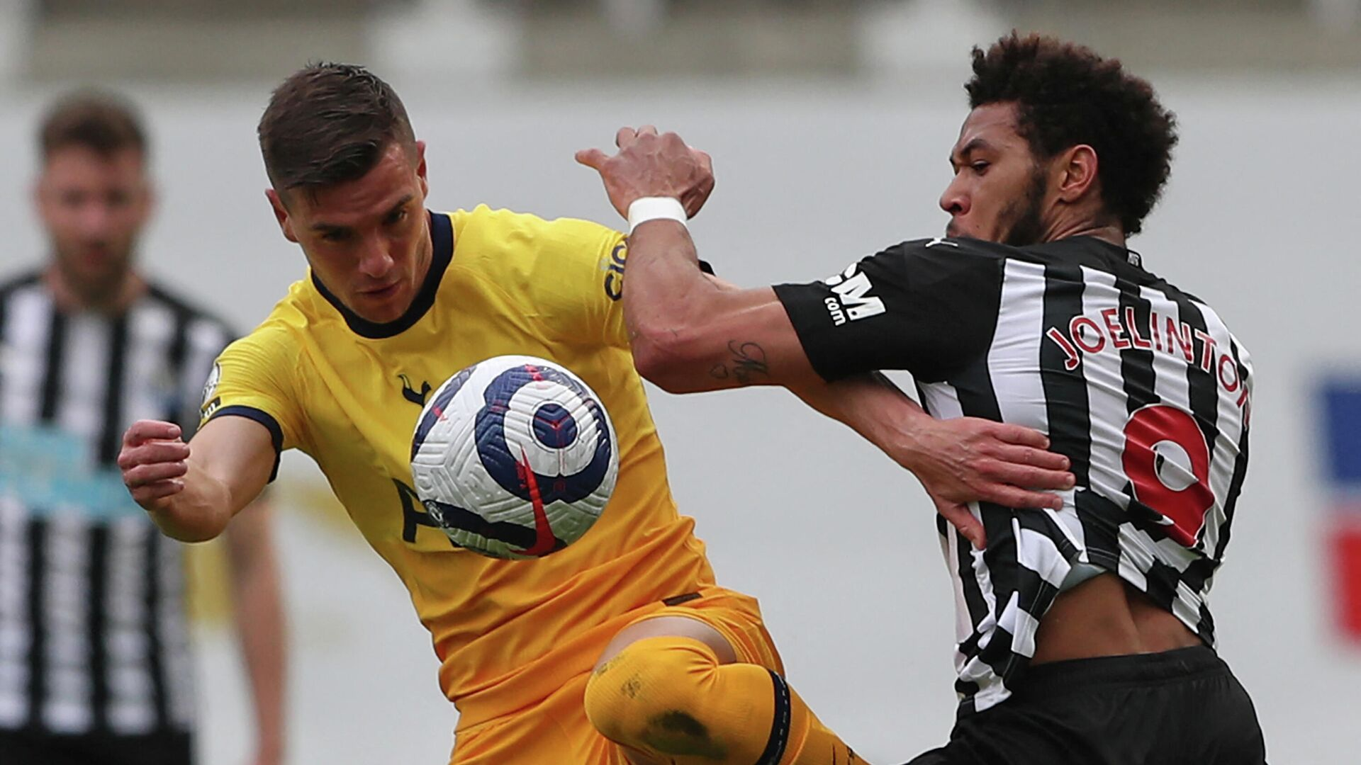 Tottenham Hotspur's Argentinian midfielder Giovani Lo Celso (L) vies with Newcastle United's Brazilian striker Joelinton (R) during the English Premier League football match between Newcastle United and Tottenham Hotspur at St James' Park in Newcastle-upon-Tyne, north east England on April 4, 2021. (Photo by SCOTT HEPPELL / POOL / AFP) / RESTRICTED TO EDITORIAL USE. No use with unauthorized audio, video, data, fixture lists, club/league logos or 'live' services. Online in-match use limited to 120 images. An additional 40 images may be used in extra time. No video emulation. Social media in-match use limited to 120 images. An additional 40 images may be used in extra time. No use in betting publications, games or single club/league/player publications. /  - РИА Новости, 1920, 04.04.2021