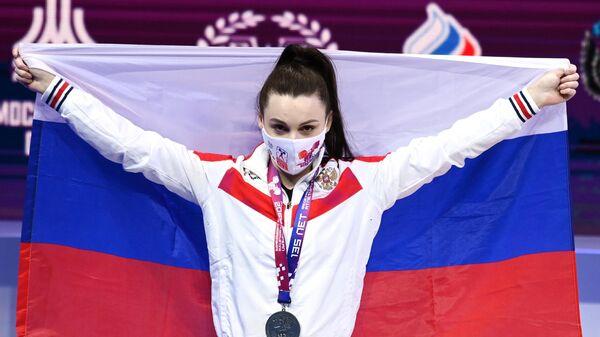 Светлана Ершова (Россия), завоевавшая серебряную медаль в соревнованиях среди женщин в весовой категории до 55 кг на чемпионате Европы по тяжелой атлетике, на церемонии награждения.