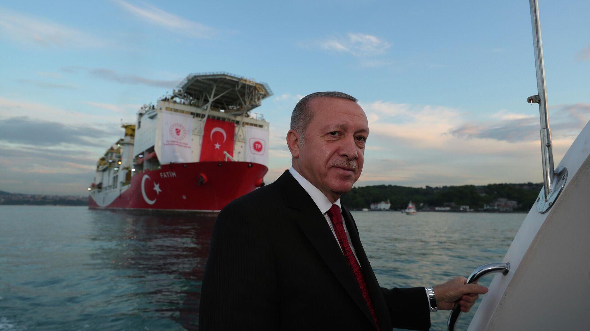 Президент Турции Реджеп Тайип Эрдоган на фоне турецкого корабля Фатих, проходящего пролив Босфор в Стамбуле - РИА Новости, 1920, 11.06.2021