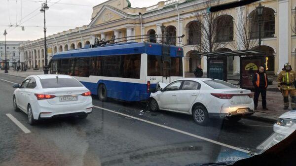 На месте ДТП с участием  троллейбуса на Невском проспекте в Санкт-Петербурге