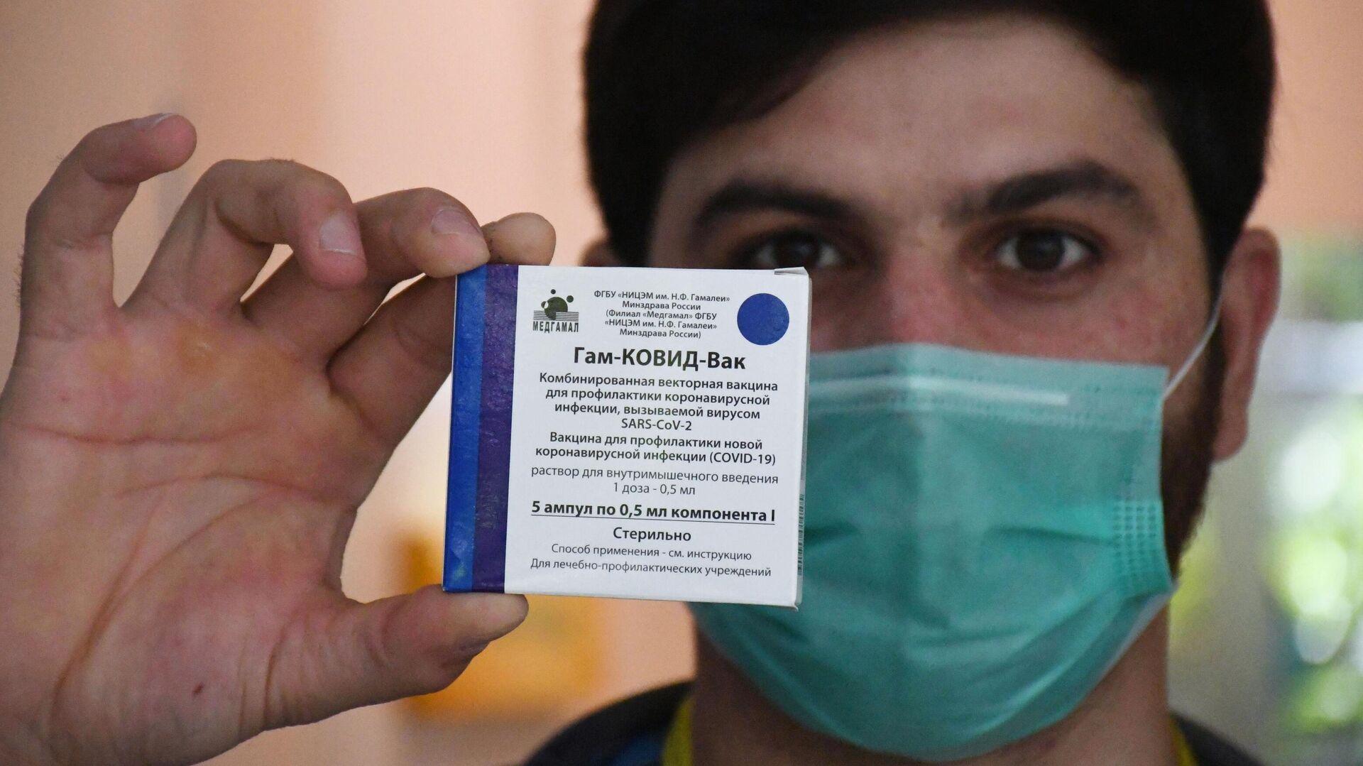 Медицинский работник держит в руках упаковку с российским препаратом от коронавирусной инфекции Гам-Ковид-Вак (Спутник V) - РИА Новости, 1920, 06.04.2021