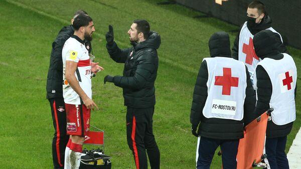 Сотрудники медицинской службы оказывают помощь игроку Спартака Самуэлю Жиго