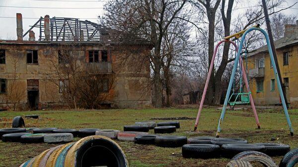 Один из домов поселка шахты Глубокая в Горловке, пострадавший из-за обстрелов