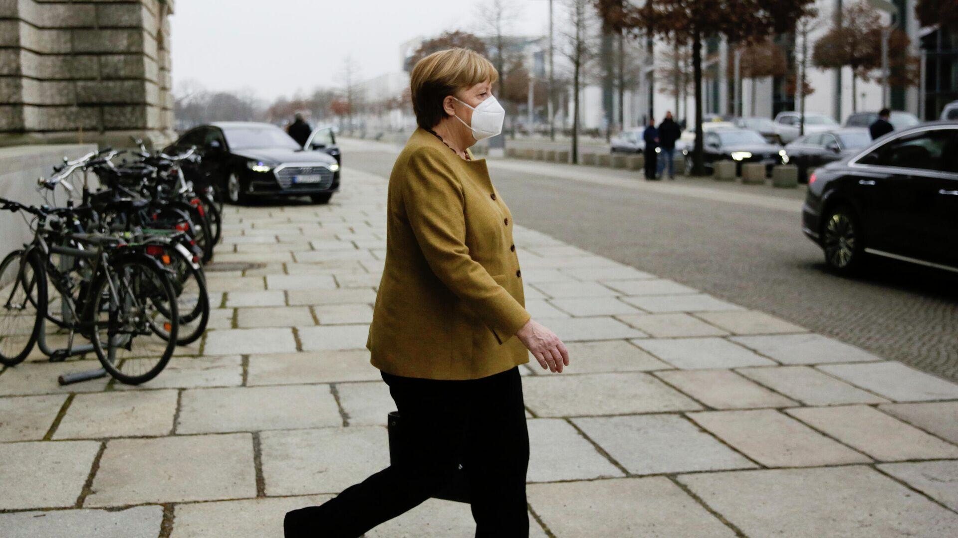 Канцлер Германии Ангела Меркель выходит из здания парламента в Берлине  - РИА Новости, 1920, 08.05.2021