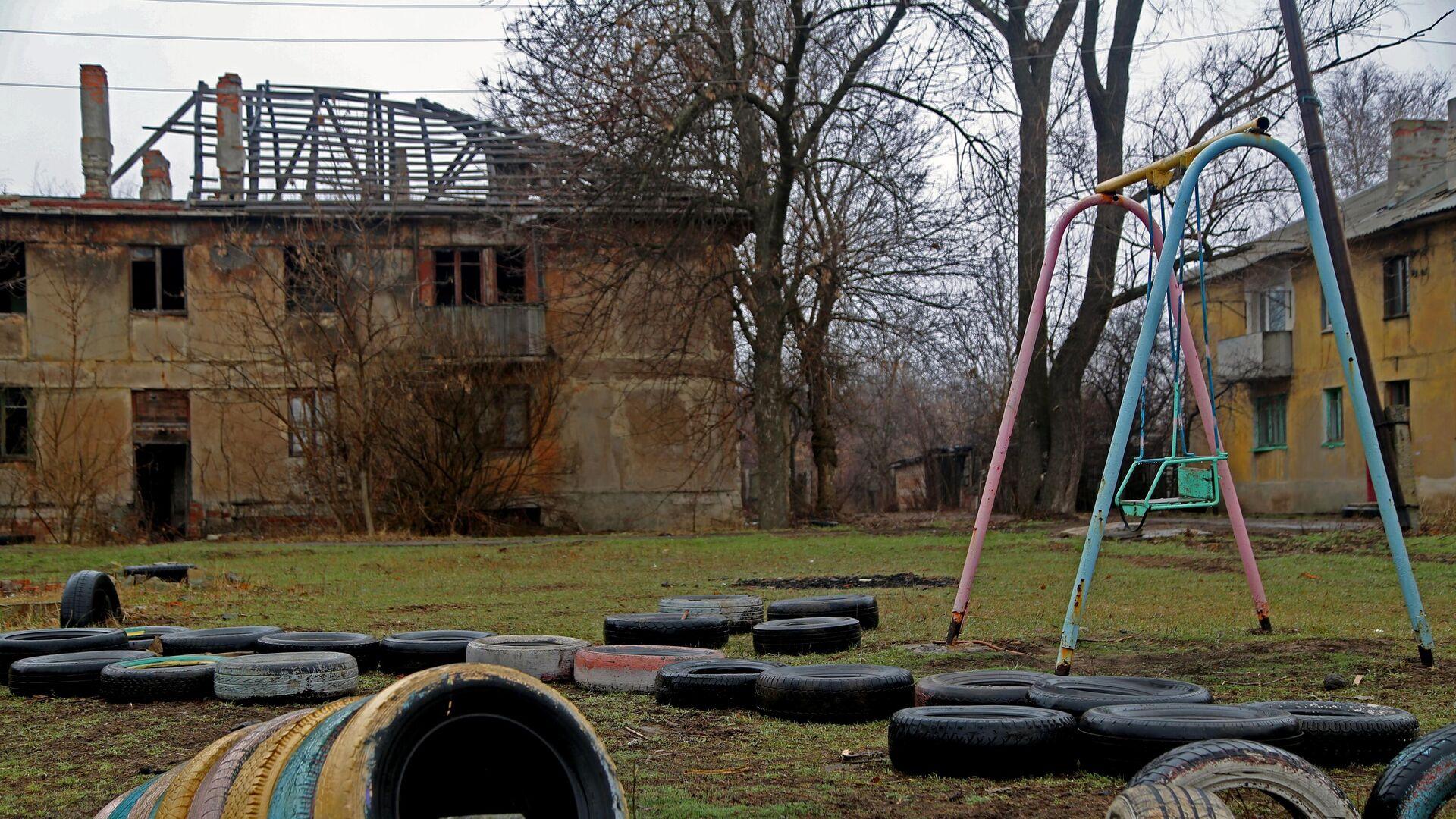 Один из домов поселка шахты Глубокая в Горловке, который остался без крыши из-за обстрелов, а со временем и без жильцов - РИА Новости, 1920, 06.04.2021