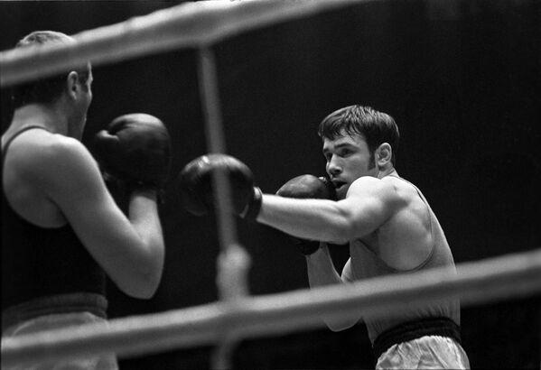 Боксер Олег Коротаев (справа) на чемпионате СССР по боксу. 1970 год.