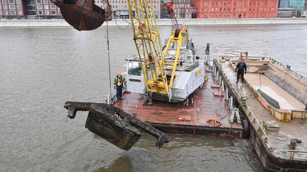 Очистка Москвы-реки от железобетонных свай